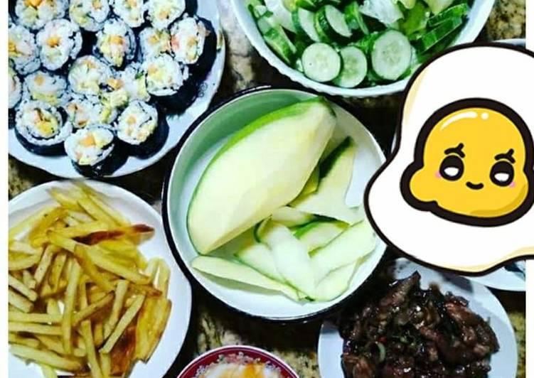 Xoài xanh chấm mắm ruốc thịt ba chỉ + Kimbap + khoai tây chiên + salad - Green Seaweed